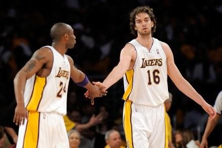 Na polskich parkietach zobaczymy m.in. Pau Gasola z LA Lakers (z prawej) /AFP