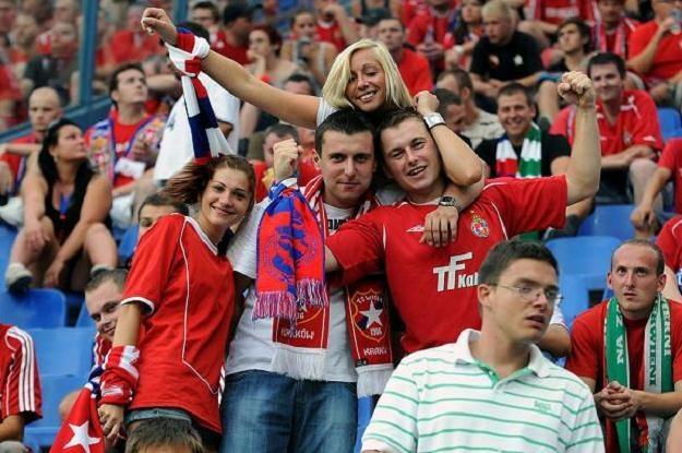 Na polskie stadiony (tu ten Wisły) przychodzi coraz więcej kibiców. Fot. Joanna Żmijewska /INTERIA.PL
