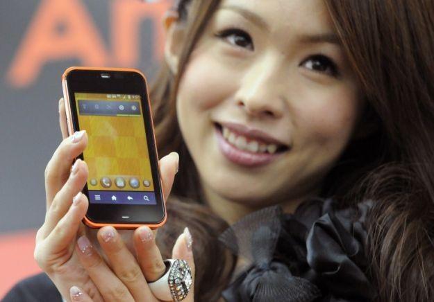 Na polskim rynku znajdziemy coraz więcej smartfonów za mniej niż 1000 zł. Które są najlepsze? /AFP