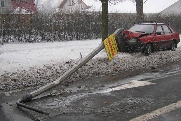 Na prostej drodze w Krakowie - Nowej Hucie polonez wpadł na słup / kliknij /INTERIA.PL