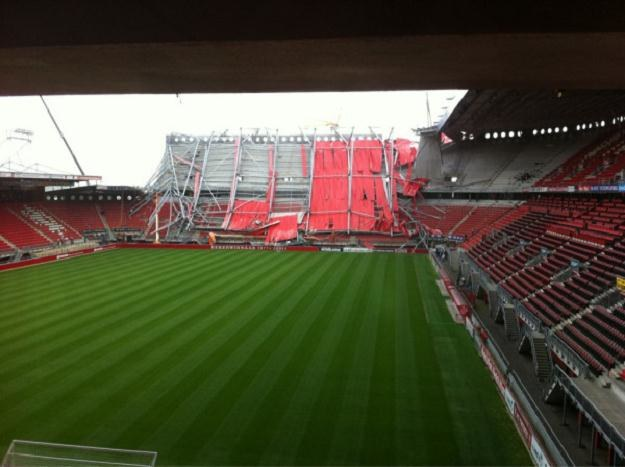 Na przebudowywanym stadionie Twente zawalił się dach, przygniatając pracowników budowy /