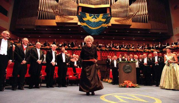 Na przyjęciu noblowskim na 1250 osób Szymborska siedziała obok króla Karola Gustawa XVI /AFP