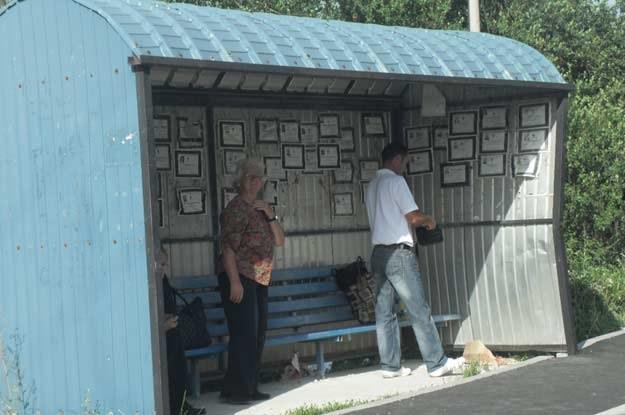 Na przystankach w Serbii czekanie na autobus można sobie umilać czytaniem... nekrologów /