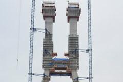 Na pylonie mostu we Wrocławiu zawisła wiecha