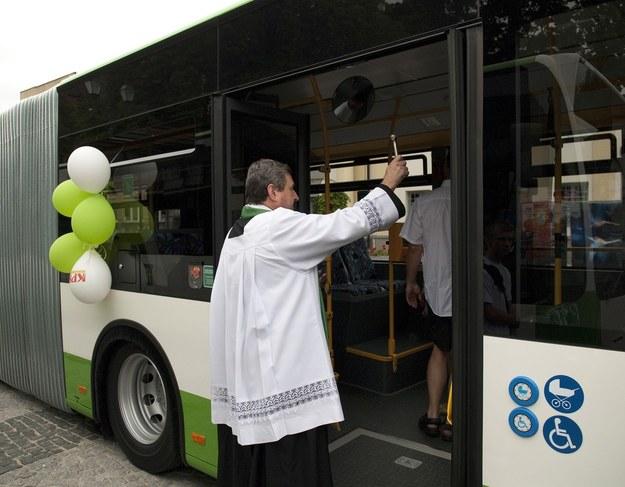 Na razie aktywność księży w autobusach ogranicza się do święcenia /Michał Kość /Reporter