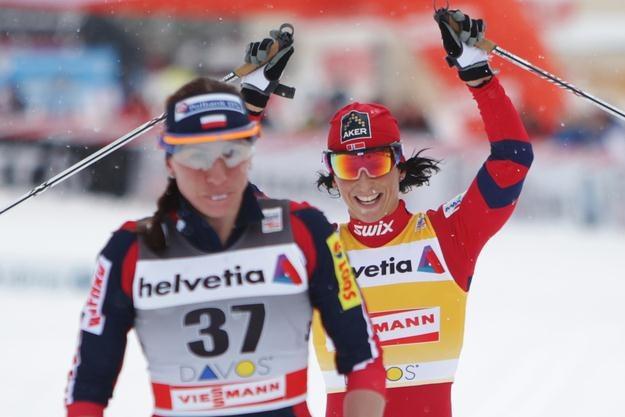 Na razie w tym sezonie błyszczy Marti Bjoergen, a Justyna Kowalczyk ma smutną minę. /AFP