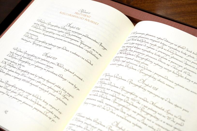 Na ręcznie przepisany przez krakowską kaligrafkę Ewę Landowską dokument, prezydencką przysięgę złoży Andrzej Duda /Marcin Obara /PAP