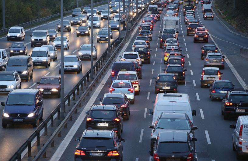 Na ropie i benzynie jeszcze pojeździmy... /Getty Images