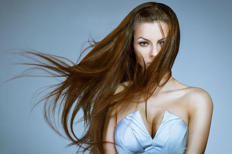 Na rynku pojawiły się nowatorskie pomysły przedłużania włosów. Jeśli nudzi się długość fryzury, warto wypróbować którąś z nich /123RF/PICSEL