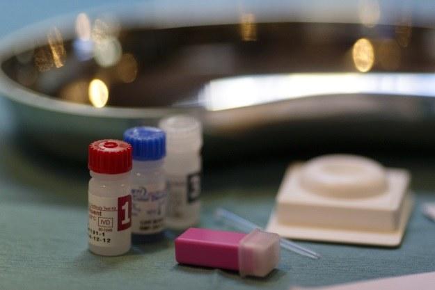 Na rynku są coraz więcej prostych testów wykrywających HIV. Wczesne rozpoczęcie leczenia pozwala przeżyć nawet 40 lat /AFP