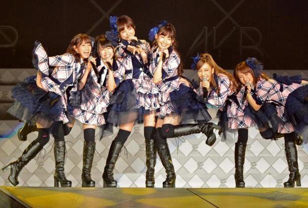 Na scenie występuje tylko część wokalistek AKB48 (fot. AP/FOTOLINK) /East News