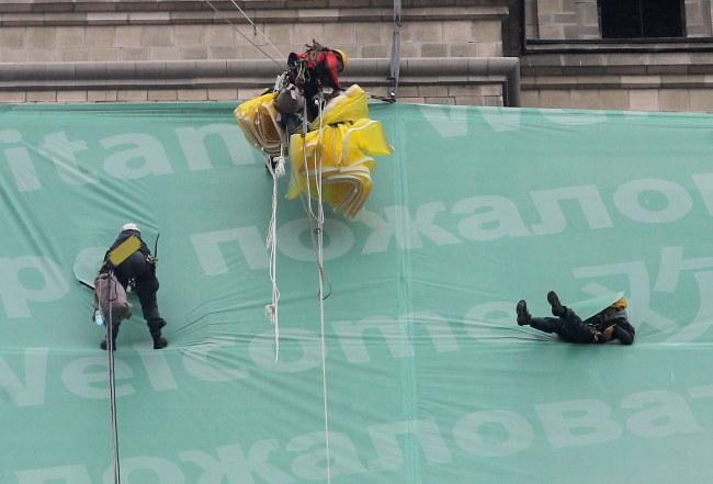 Na ścianie Pałacu Kultury wciąż wisi 3 aktywistów /Radek Pietruszka /PAP