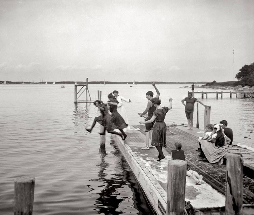 Na skoki do wody decydowali się najbardziej odważni plażowicze /Agnieszka Lisak – blog historyczno-obyczajowy