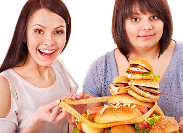 Na spotkaniach towarzyskich jedz z umiarem /©123RF/PICSEL