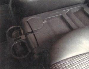 Na środku znalazło się miejsce na schowek i podstawki pod kubki lub puszki z napojami. /Motor
