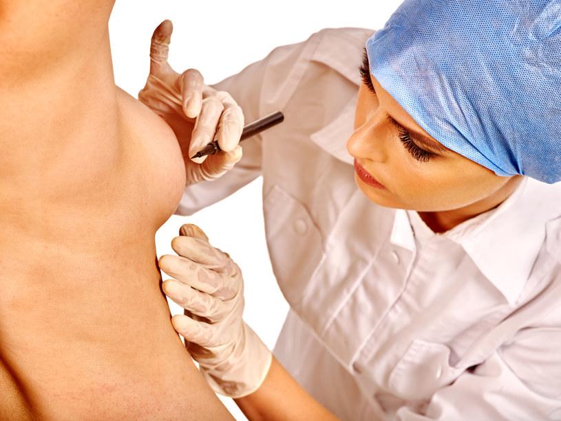 Na świecie średnio co roku biust powiększa sobie około 1,7 mln kobiet /123RF/PICSEL