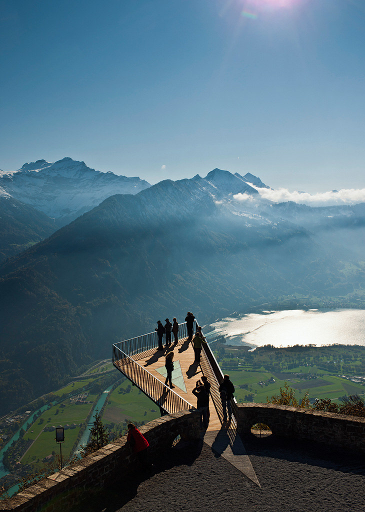 Na szczycie Harder Kulm znajduje się nowa platforma widokowa.  Zwei-Seen-Steg  fot www.jungfrau.ch Thunersee /materiały prasowe