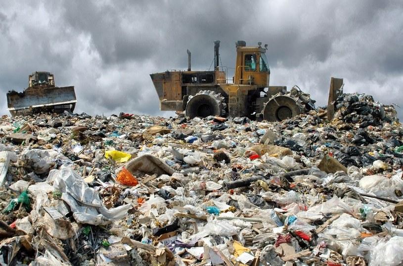 Na szwajcarskim wysypisku śmieci znaleziono 120 kg radioaktywnej substancji /©123RF/PICSEL