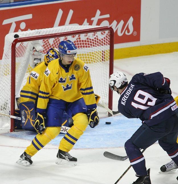 Na szwedzką bramkę strzela Chris Kreider (USA) /AFP
