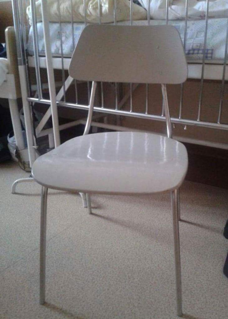 Na takich krzesłach rodzice czuwają nocami przy chorych dzieciach /Anna Kropaczek /RMF FM