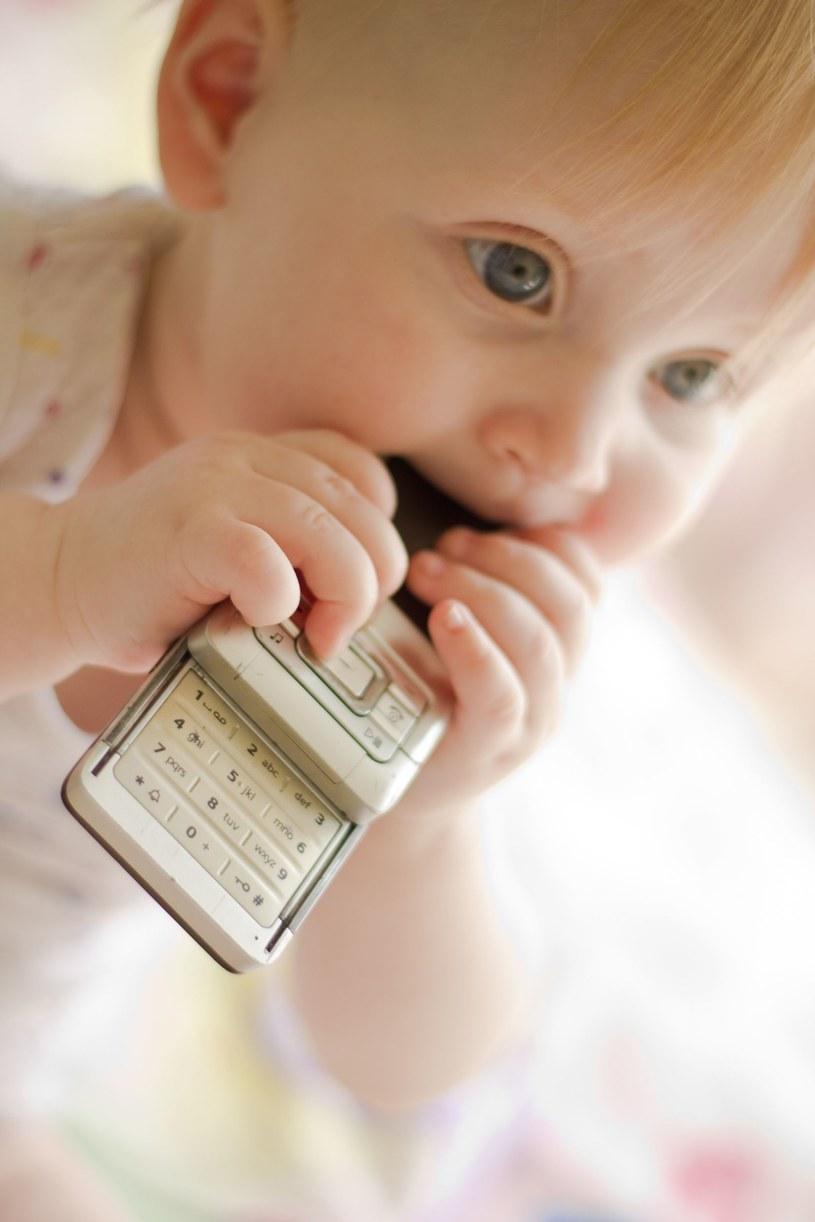 Na telefonie znajduje się więcej bakterii niż na desce klozetowej /©123RF/PICSEL