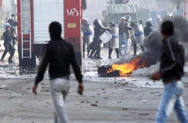 Na ulicach Kairu regularna wojna. W internecie podobnie /AFP