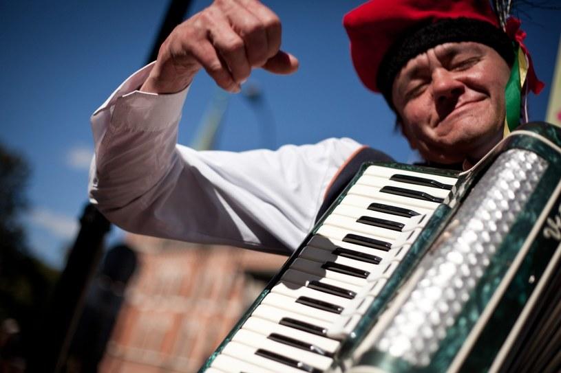 Na ulicach Krakowa życie tętni 24 godziny na dobę. Turystom na każdym kroku towarzyszą uliczni artyści /The New York Times Syndicate