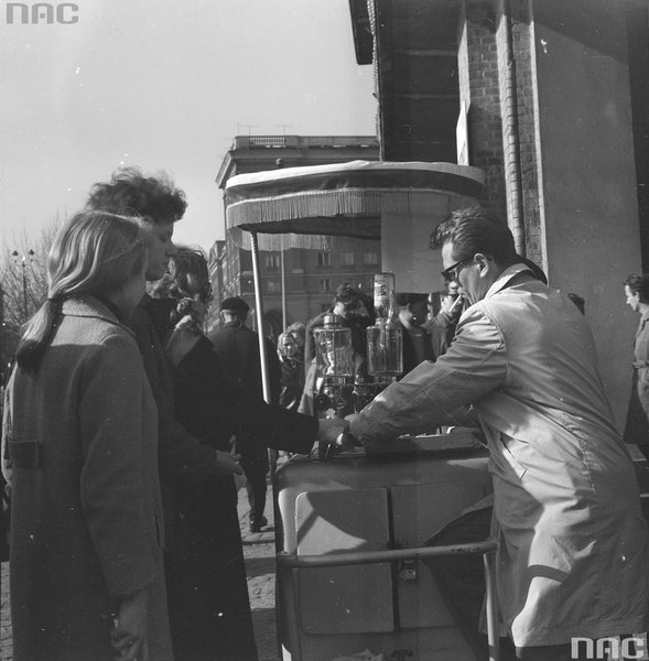 Saturator z wodą sodową przy ul. Marchlewskiego w Warszawie. Obsługujący umila sobie sprzedaż papierosem.