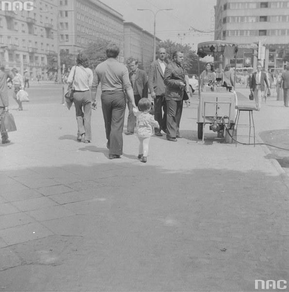 Saturator z wodą sodową przy skrzyżowaniu z ul. Marszałkowską. W tle bloki wzdluż ul. Świętokrzyskiej i fragment punktowca Ściany Wschodniej