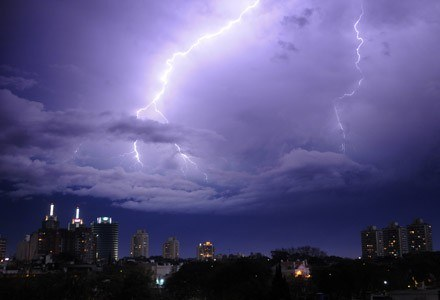 Na usunięcie awarii spowodowanych burzami TP wydała tego lata ponad pół miliona złotych /AFP