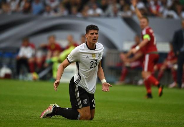 Na Veltins Arenie często gości reprezentacja Niemiec (tu Mario Gomez). 4 czerwca 2016 r. grała tu sprawdzian z Węgrami, przed Euro 2016. /AFP