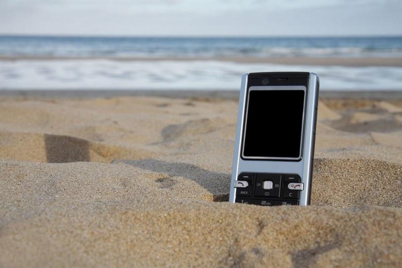 Na wakacjach też trzeba zatroszczyć się o bezpieczeństwo swoich urządzeń mobilnych /123RF/PICSEL
