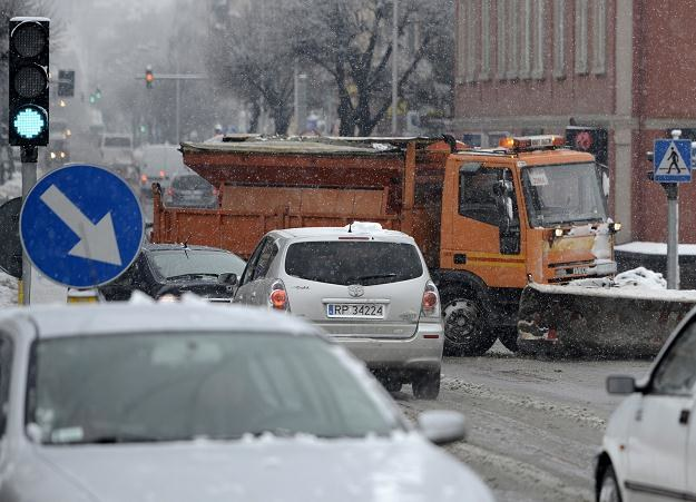 Na wielu drogach panują trudne warunki jazdy /PAP