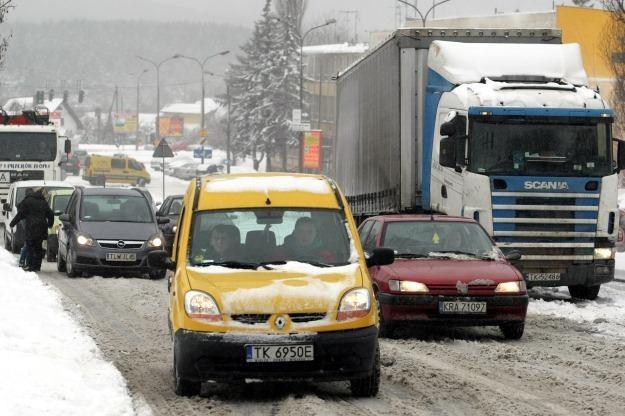Na wielu drogach warunki do jazdy są trudne /PAP