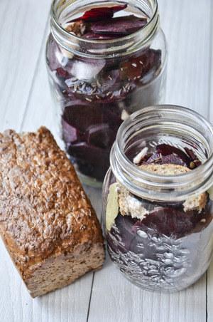 Na wierzch zakwasu wrzucamy skórkę chleba, co znacznie przyspieszy proces kiszenia, fot. Malwina Zaborowska /RMF24
