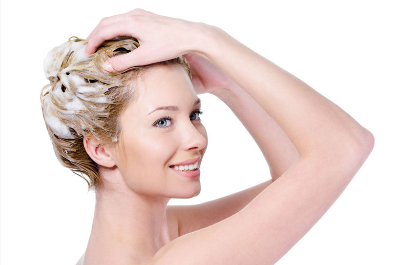 Na włosy przetłuszczające się z umiarem stosuj kosmetyki. /123RF/PICSEL