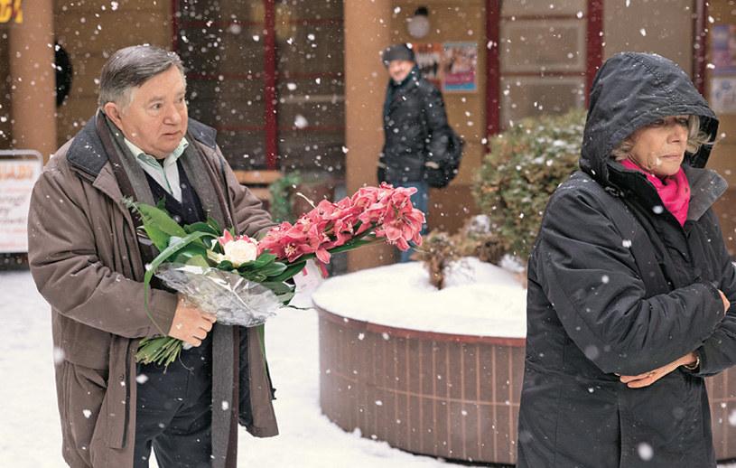 """""""Na Wspólnej"""": Poirytowany Włodek wybiegnie za Marią z kwiatami od Tadeusza /Świat Seriali"""