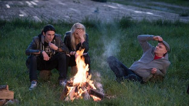 """""""Na Wspólnej"""": Roman spędza miło czas z nowo poznaną Julią i jej przyjaciółmi /Agencja W. Impact"""