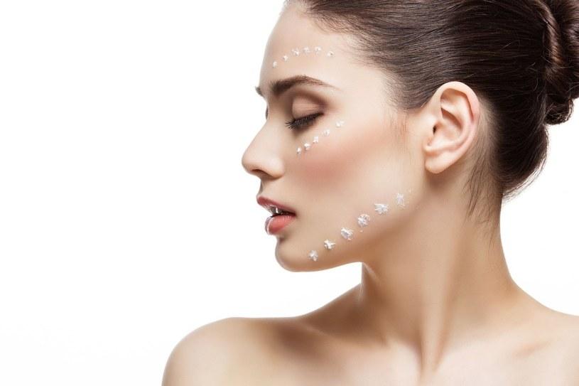 Na wygląd i kondycję skóry wpływa między innymi zmieniająca się pora roku, a także otoczenie, w którym przebywamy na co dzień /123RF/PICSEL