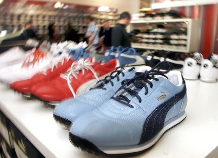 Na wyprzedażach kupujemy głównie obuwie i ubrania /AFP