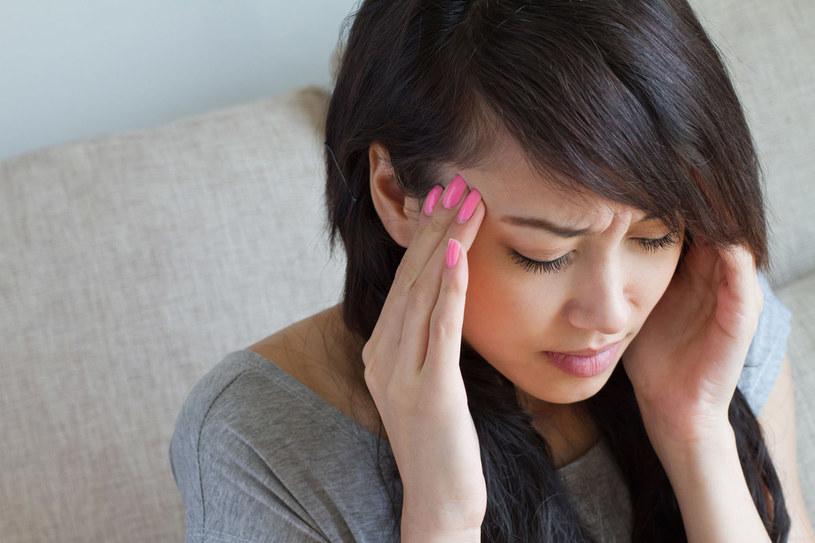 Na zaburzenie pracy błędnika mogą wskazywać też nudności, szumy lub uczucie rozpierania w u szach. /©123RF/PICSEL