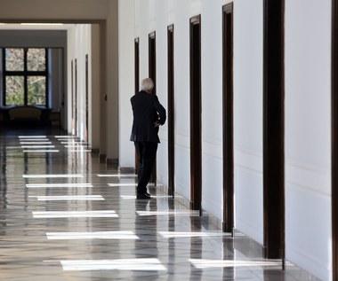 Na zamkniętym posiedzeniu PiS rozmawia o podwyżkach dla rządu