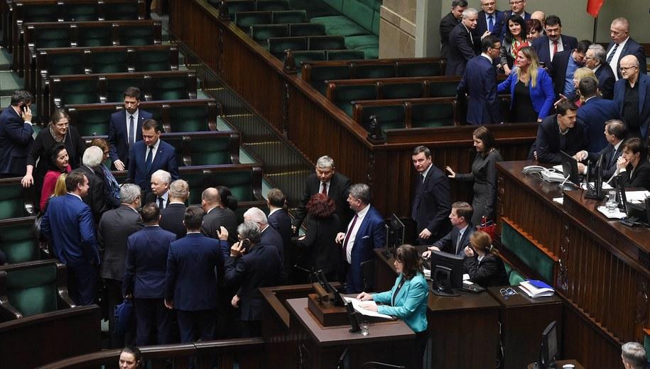 Na zdj.: Premier Mateusz Morawiecki (ławy rządowe, odwrócony plecami) oraz prezes PiS Jarosław Kaczyński (C, 3L) po głosowaniu nad wotum zaufania dla rządu /Radek Pietruszka /PAP