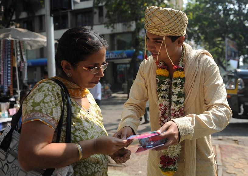 Na zdjęciu aktywista rozdaje ulotki majce zwrócić uwagę na problemy młodych mężatek /PUNIT PARANJPE /AFP