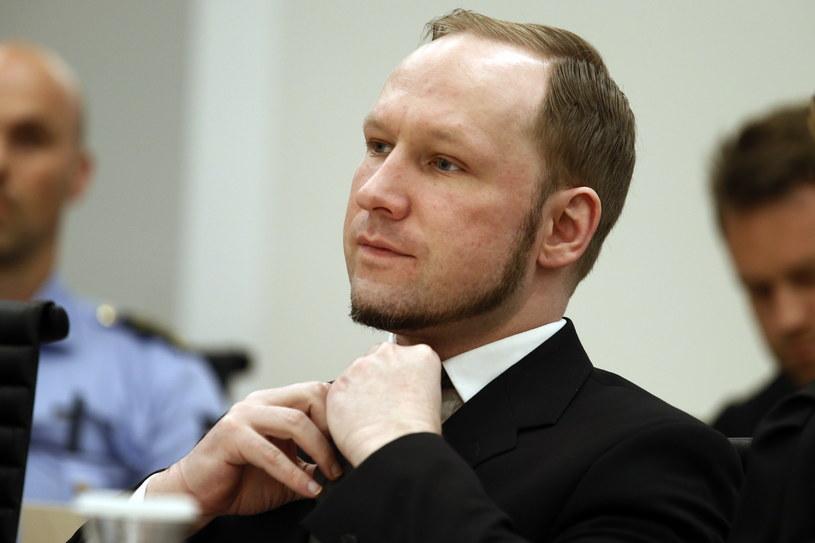 Na zdjęciu Anders Breivik poprawia krawat w trakcie rozprawy 4 sierpnia 2012 roku /POOL / HEIKO JUNGE /AFP
