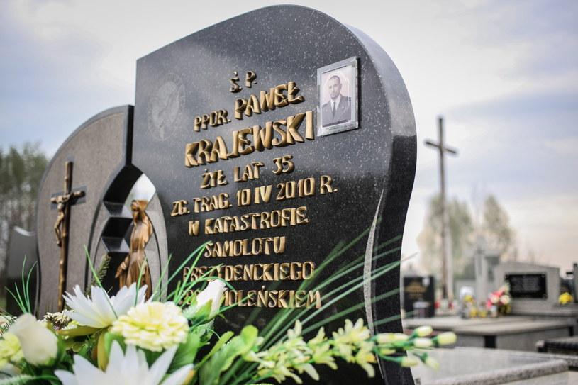 Na zdjęciu archiwalnym grób funkcjonariusza BOR, podporucznika Pawła Krajewskiego, jednej z ofiar katastrofy smoleńskiej. We wtorek ekshumowano 24. ofiarę katastrofy /Leszek Szymański /PAP