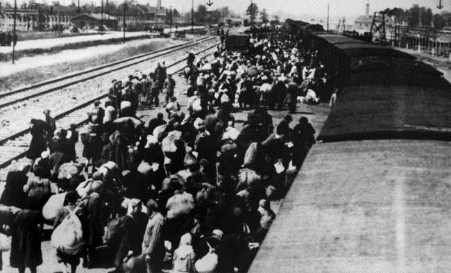 Na zdjęciu archiwalnym o nieustalnej dacie transport więźniów z Węgier po przyjeździe na teren obozu koncentracyjnego KL Auschwitz-Birkenau /PAP/Reprodukcja /PAP