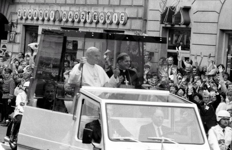Na zdjęciu archiwalnym z 08.06.1987, papież Jan Paweł II (C) błogosławi z papamobile warszawiaków zgromadzonych tłumnie wzdłuż Nowego Światu /Sławomir Wojno /PAP