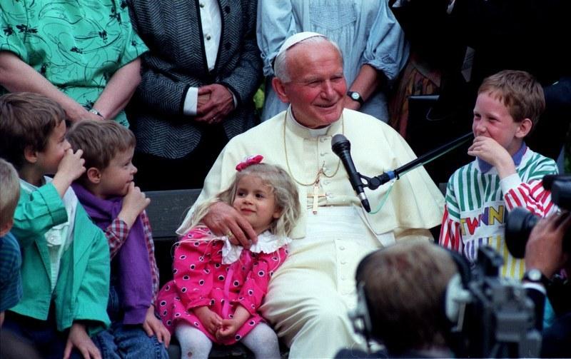 Na zdjęciu archiwalnym z 09.06.1991, papież Jan Paweł II podczas spotkania z grupą dzieci w siedzibie Sekretariatu Konferencji Episkopatu Polski w Warszawie, podczas IV pielgrzymki do Polski /Janusz Mazur /PAP