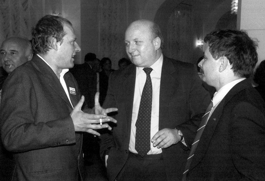 Na zdjęciu archiwalnym z 19.07.1989 r. posłowie na Sejm X kadencji: Adam Michnik i Józef Oleksy, senator Lech Kaczyński /Ireneusz Sobieszczuk /PAP
